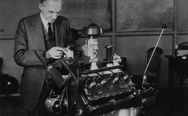 Основатель Ford Генри Форд возится со своей версией двигателя V8.