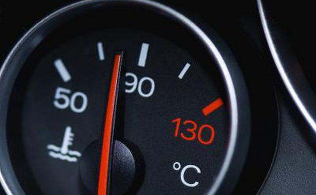 Датчик температуры автомобиля при нормальной температуре.