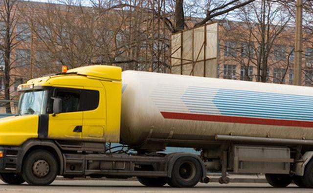 Никогда не покупайте газ, пока топливо доставляется на станцию.