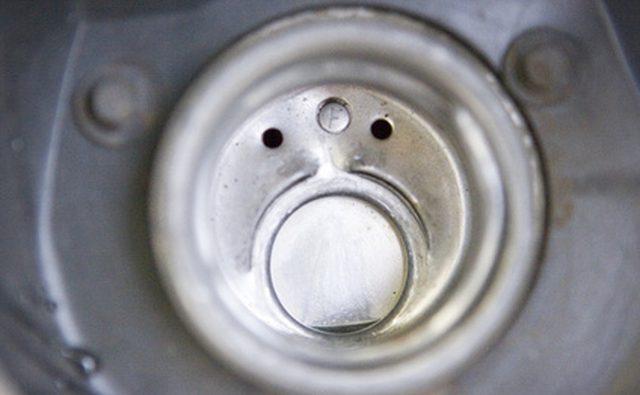 Посмотрите внимательно на отверстие в вашем бензобаке.