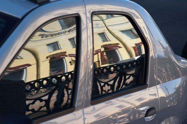 Как удалить оттенок окна, который является старым и упрямым из автомобиля