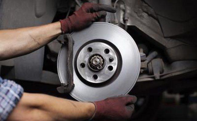 Большинство тормозных колодок служат от 20 000 до 30 000 миль.
