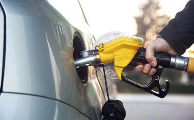 Закачка дизельного топлива в бак грузового автомобиля