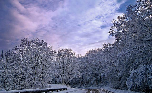 Дорога, покрытая небольшим снегом