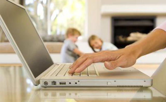Мать смотрит на ноутбук