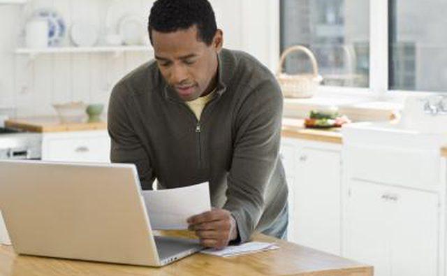 Человек с ноутбуком читает документы