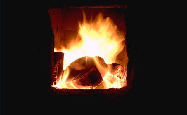 Горение угля производит тепло и свет.