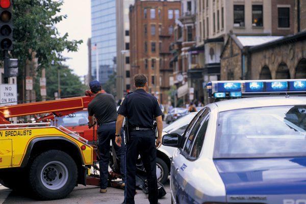 вид сзади полицейских на месте происшествия