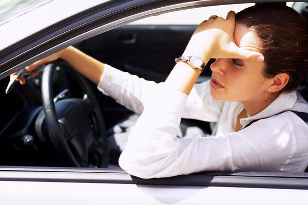 молодая женщина-водитель, застрявшая в пробке