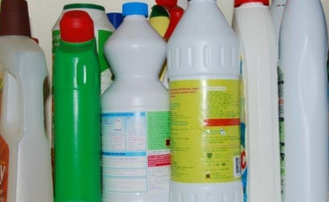 Используйте сильное моющее средство для очистки поверхности приборной панели.