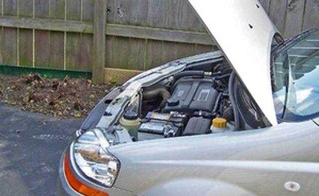 Отсек автомобильного двигателя с капотом в поднятом положении