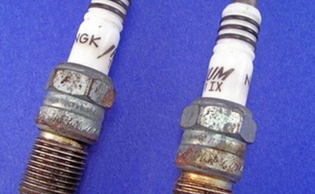 Свечи зажигания с типичным белым керамическим изолятором