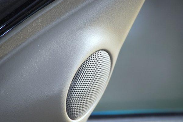 Как установить колонки в Toyota Corolla