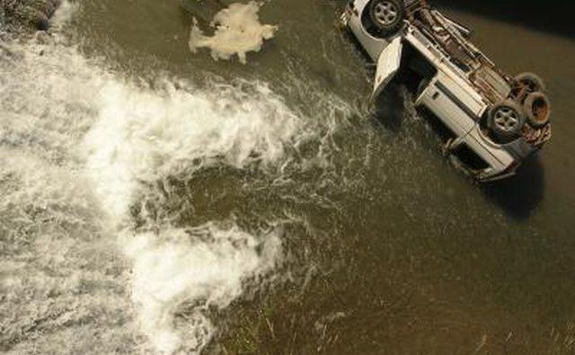 Автомобильная авария на реке
