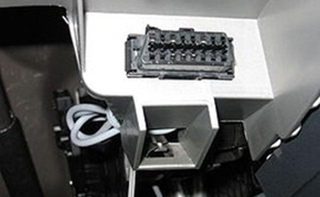 Типичный автомобильный разъем OBD II