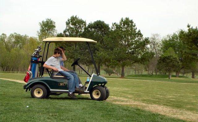 За рулем гольф-кары.