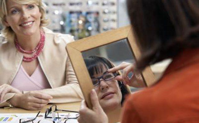 Женщина примеряет очки
