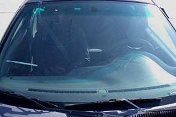 Как удалить водяные пятна с лобового стекла автомобиля