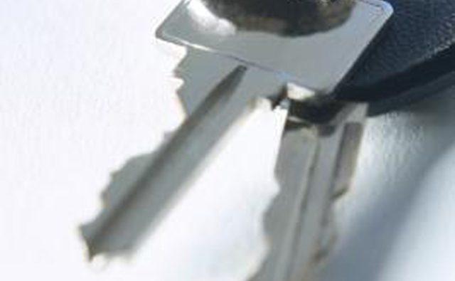 Нагрейте или распылите ключ для оттаивания замка.