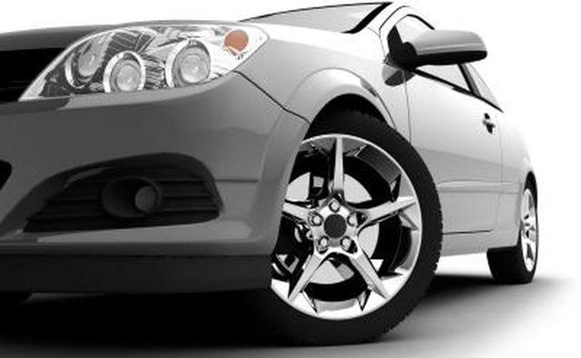 Передняя шина автомобиля.
