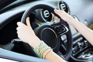 Почему бьет руль при торможении