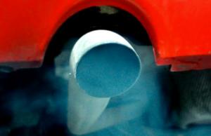 Почему из выхлопной трубы идет синий дым: причины