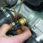 Что может привести к падению датчика температуры во время вождения и перегрева?