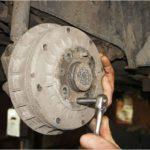 Как снять задние барабанные тормоза на автомобилях