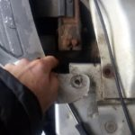 Как заменить сливную пробку радиатора в Dodge Caravan?