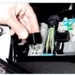 Где находится реле топливного насоса на F-150 2003 года?