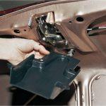Как исправить застрявший замок багажника на автомобиле