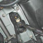 Как отрегулировать высоту педали тормоза в GMC Sierra