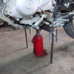 Как поднять мотоцикл с домкратом