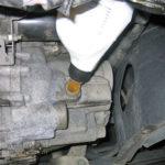 Как положить жидкость в механическую коробку передач
