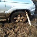 Как получить твердую застрявшую грязь со своего автомобиля