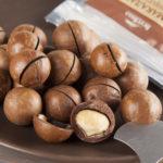 Как расколоть орех с долотом