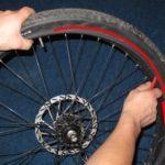 Как снять шину с обода с помощью ручного инструмента