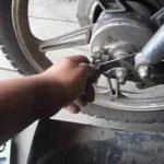 Как снять заднюю шину на мопеде