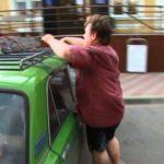 Как связать лестницу на крыше автомобиля