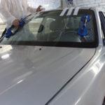 Как установить лобовое стекло в автомобиле Chevy 1957 года