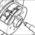 Как выполнить регулировку стояночного тормоза в GMC Sierra