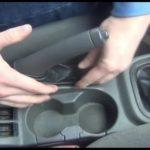 Как выполнить регулировку стояночного тормоза в Kia Spectra