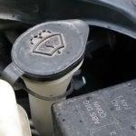Как заменить бачок омывателя лобового стекла в Ford Mustang