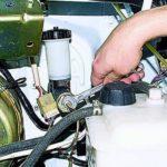 Как заменить главный цилиндр сцепления в автомобилях