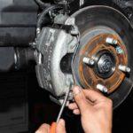 Как заменить передние дисковые тормоза в Chevy Cobalt