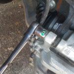Как заменить передние тормозные колодки Nissan Quest