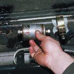 Как заменить топливный фильтр в Chevy Truck 1998 года