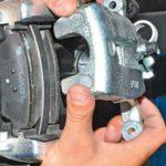 Как заменить тормозные колодки на 2006 Silverado