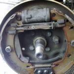 Как заменить задние тормозные колодки на 2006 Ford F-150