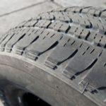 Каковы причины зубчатого износа шин?